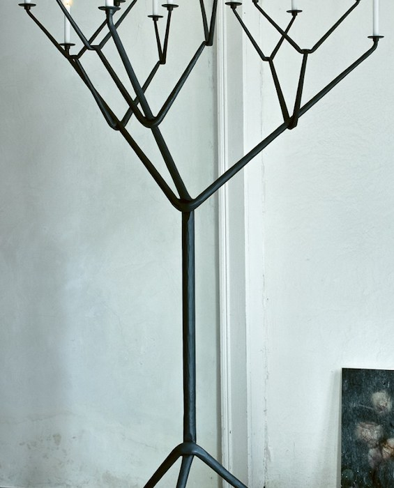 Magis_officina_tree_candle_holder_ambient_mono_AC895_grey_01